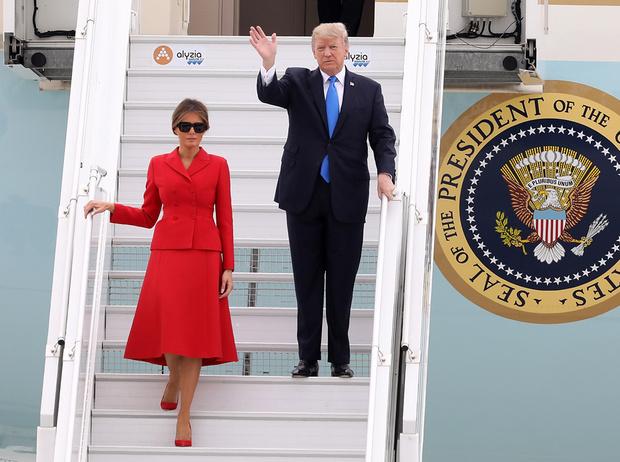 Фото №2 - Первые подруги: Мелания Трамп и Бриджит Макрон в Париже