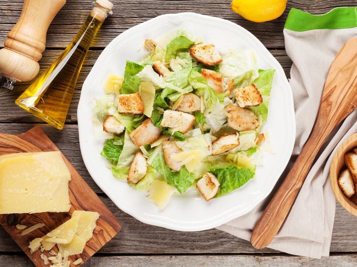 Фото №4 - От классического до легкого: лучшие рецепты салата «Цезарь»