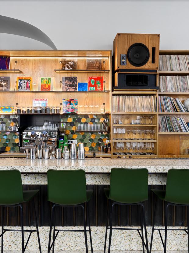 Фото №8 - Flaner: новый ресторан в Москве с мебелью Vitra