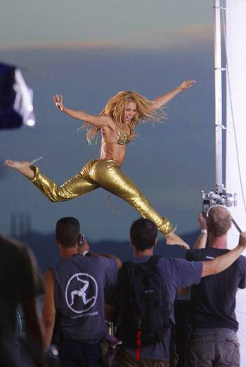 На съемках Шакира собрала массу поклонников - все они снимали ее на мобильные, фотографировали и пытались взять автографы.