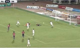 Феноменальный гол: футболист забил, лежа спиной к воротам (видео)