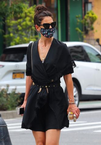 Фото №1 - Платье в стиле Бохо и энергетический кристалл на шее: необычный образ Кэти Холмс