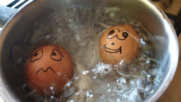 Фото №1 - Лайфхак: как быстро почистить горячее яйцо (видео)