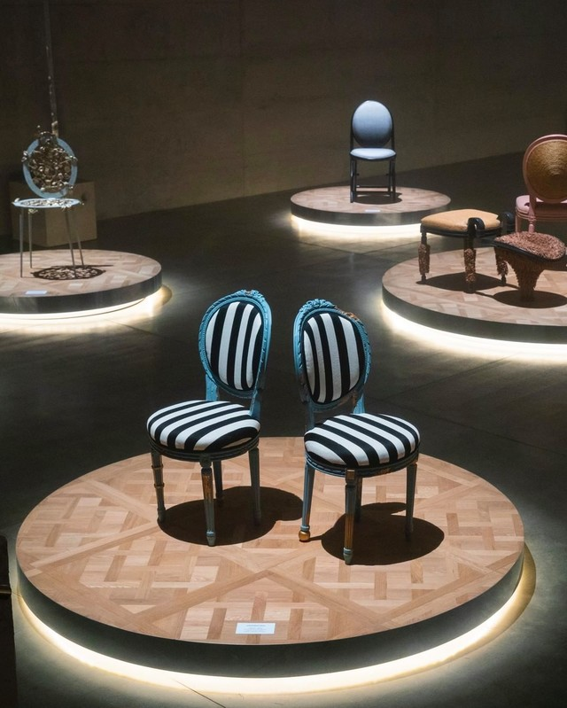 Фото №3 - 17 художников и дизайнеров переосмыслили знаменитый стул-медальон Dior