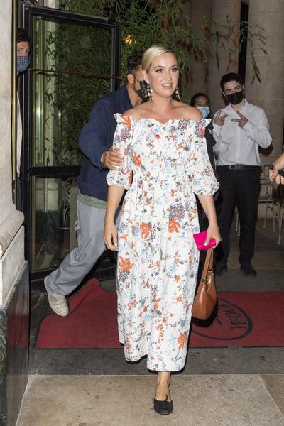 Фото №2 - Какая красотка! Кэти Перри надела идеальное платье для молодой мамы