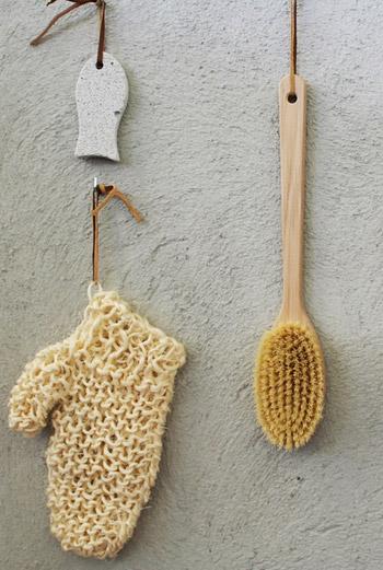 Мочалки-варежки, массажные щетки и пемза – средства, которые сегодня есть в каждой ванной комнате.