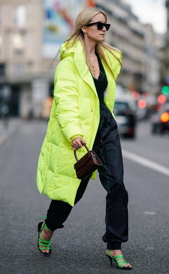 Фото №14 - Как выглядеть женственно в пуховике: модные уловки и идеи