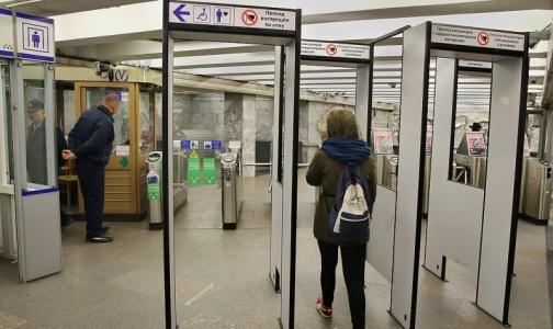 Фото №1 - Петербуржец пожаловался омбудсмену на вредные для здоровья рамки в метро
