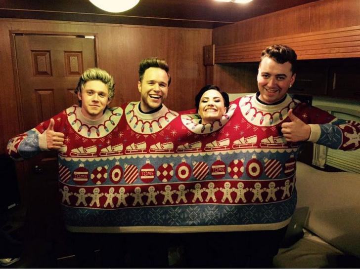 Фото №4 - Кошмар перед Рождеством: 7 знаменитостей в уродливых рождественских свитерах