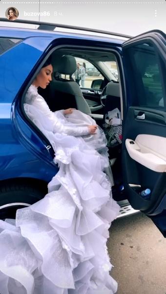 Фото №3 - «Цыгане в 70-е лучше одевались»: Бузову раскритиковали за платье из тюля
