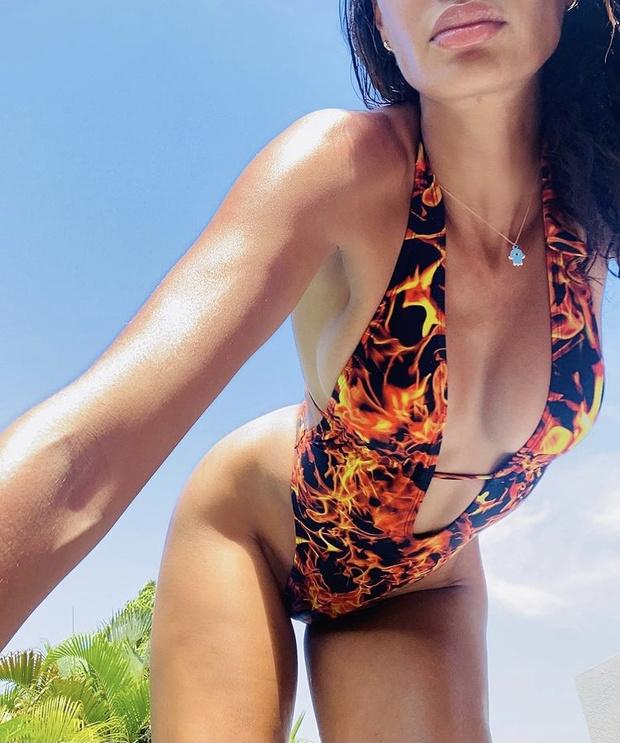 Фото №1 - Огонь! Джоан Смоллс в откровенном монокини с языками пламени