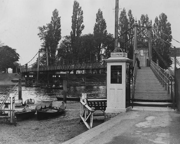Фото №2 - Как гробница на лондонском кладбище изменила дизайн знаменитой телефонной будки