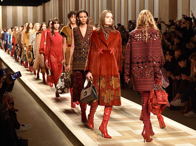Фото №3 - Стразы, ботфорты и колготки в сеточку: как в моду входит все то, что раньше считалось безвкусицей