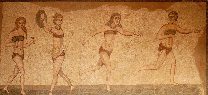 Фото №1 - Купаться разрешается! История женской пляжной моды в 10 фактах о купальниках