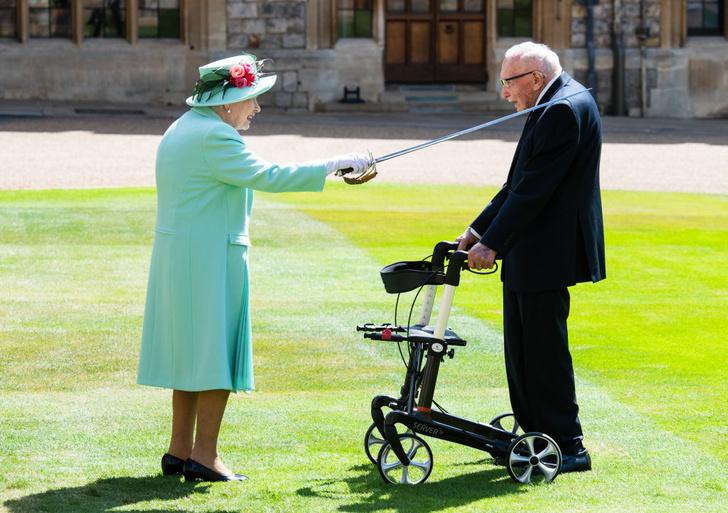 Фото №1 - Лучшие фотожабы на посвящение Елизаветой II в рыцари 100-летнего ветерана