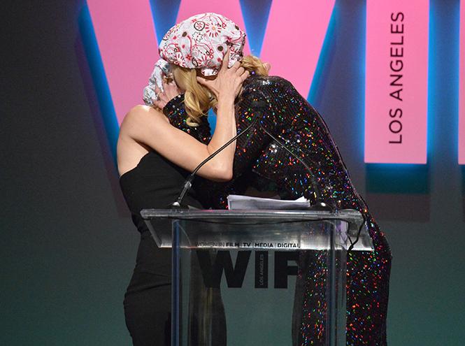 Фото №1 - Николь Кидман поцеловала Наоми Уоттс