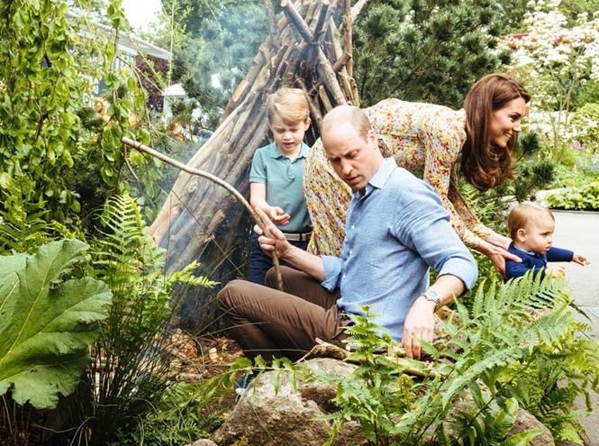 Фото №2 - Кейт с семьей весело провела время в саду (и заодно представила новый проект)