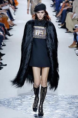 Фото №29 - Стразы, ботфорты и колготки в сеточку: как в моду входит все то, что раньше считалось безвкусицей