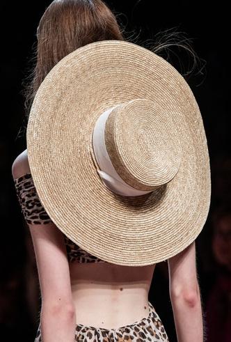 Фото №9 - Шляпы, панамы и кепки: модные головные уборы для лета 2020