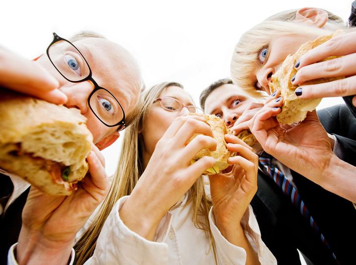 Фото №1 - Ученые выяснили: человек ест больше в компании полных людей