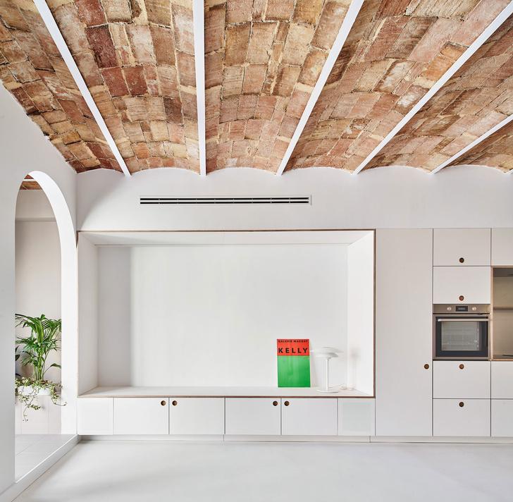 Фото №2 - Белая квартира со сводчатым потолком в Барселоне