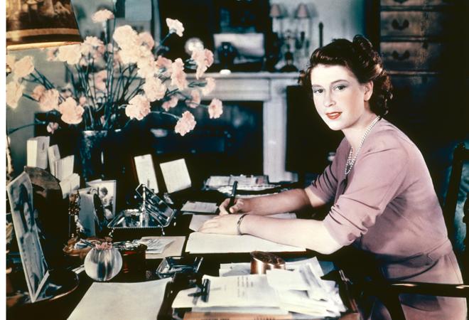 Фото №3 - Без свиданий и работы: вещи, которые не делала Елизавета II