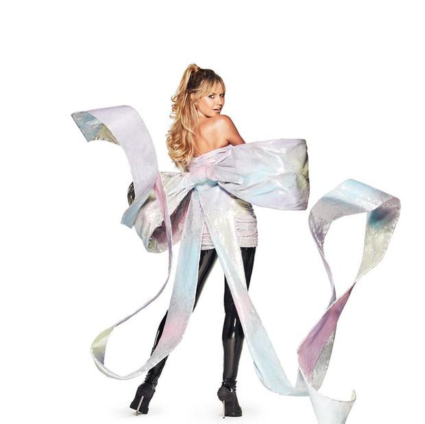 Фото №1 - Лучший мой подарочек: хочу перламутровое мини-платье с гигантским бантом, как у Хайди Клум