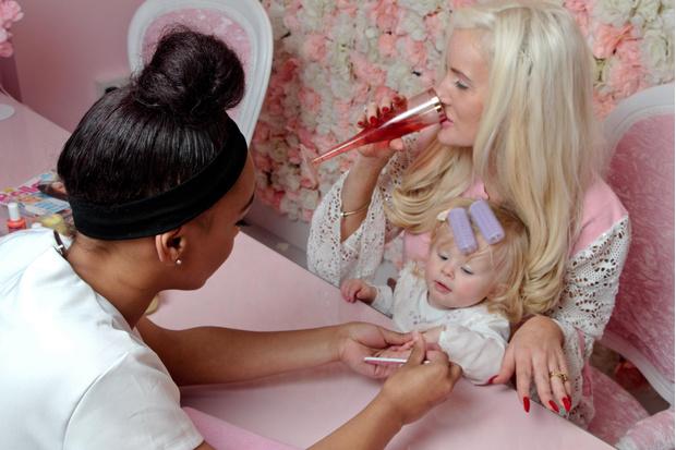 Фото №2 - Мать тратит безумные деньги на педикюр для 9-месячной дочки