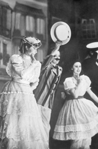 Фото №38 - Рождественский театр Виндзоров: как принцессы Елизавета и Маргарет поднимали боевой дух нации