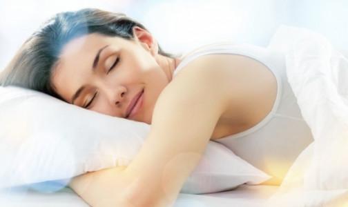"""Фото №1 - """"Как нравится, так и спите"""": Сомнолог развенчал миф о существовании вредных поз для сна"""