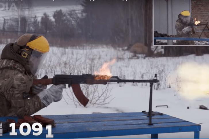 Фото №1 - Сколько патронов надо отстрелять, чтобы «убить» ручной пулемет Калашникова? (видео)