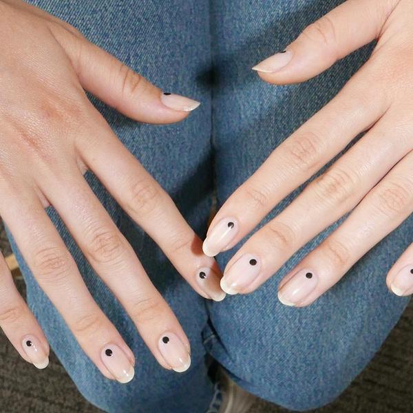 Фото №4 - Черный маникюр: 10 крутых идей для ногтей любой длины