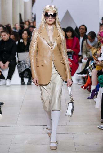 Фото №7 - Как носить кожаный жакет из 90-х: лучшие сочетания сезона