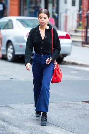 Фото №3 - Возвращение тренда 90-х: учимся носить брюки клеш как Джиджи Хадид, Эмили Ратаковски, Селена Гомес и другие