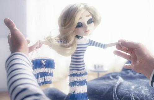 В одном из видео-роликов Жан-Поль Готье одел прекрасную белокурую куклу в наряд в легендарную синюю полоску