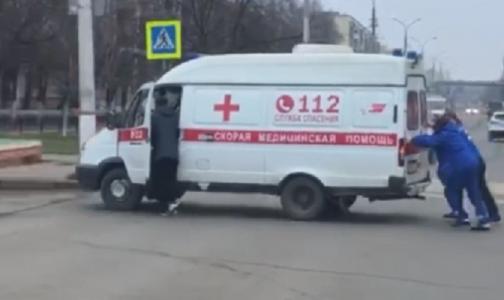 Фото №1 - «Интересное кино»: врачи толкали застрявшую на перекрестке машину скорой