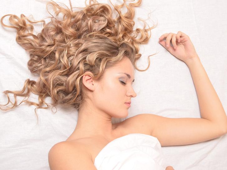 Фото №3 - Как всегда просыпаться с идеальными волосами: 5 правил ночного ухода