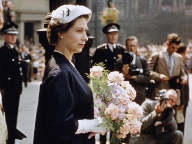 Фото №1 - Такой мы ее еще не видели: в Сети обсуждают неизвестные фото молодой Королевы