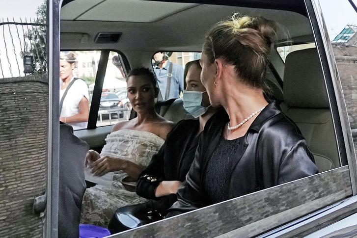 Фото №1 - Неожиданное трио: Ким Кардашьян, Кейт Мосс и Лила Грейс встретились в… Ватикане