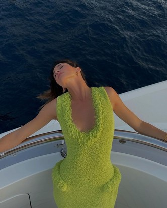 Фото №2 - Тренд сезона: ярко-зеленое платье как у Кендалл Дженнер