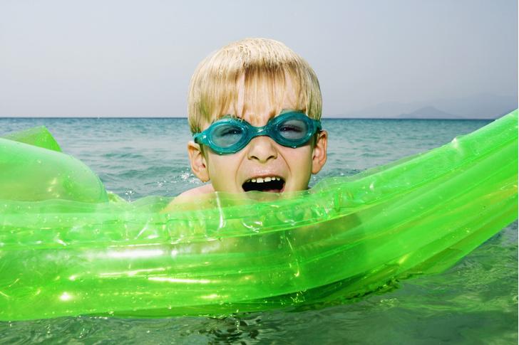 Фото №1 - Ученые предостерегли от вытряхивания воды из ушей