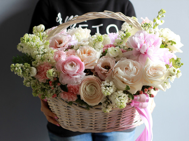 Фото №2 - Практичная флористика: почему букеты в вазах, корзинах и шляпных коробках стали так популярны