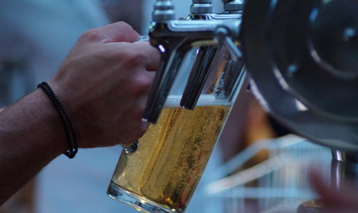 Фото №1 - Вакцина как сухой закон. Глава Роспотребнадзора сказала, сколько недель нельзя пить алкоголь привитым от COVID-19