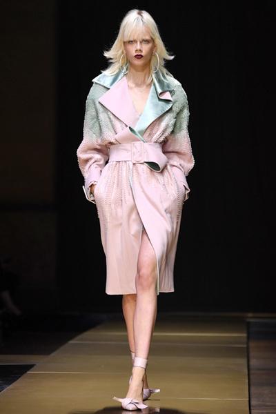 Фото №12 - Плащи Haute Couture и туфли с бантами на парижском показе Versace