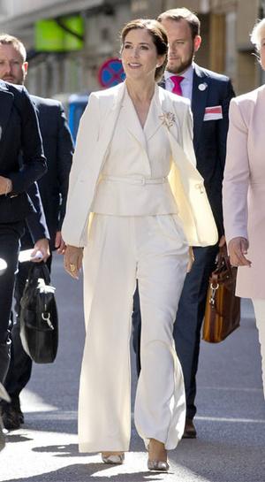 Фото №23 - Как королевские особы носят брючные костюмы
