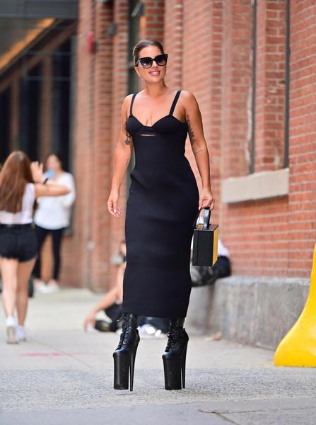Фото №2 - Леди Гага вернулась! Певица вновь поразила общественность своим нарядом 😅