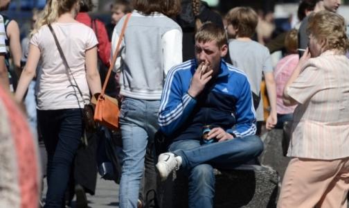 Фото №1 - Пить и курить мужчины начинают раньше женщин, употреблять наркотики - позже