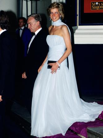 Фото №2 - Неповторимая Кэтрин Уолкер: любимый дизайнер принцессы Дианы и Кейт Миддлтон