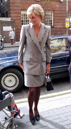 Фото №7 - Как королевские особы носят брючные костюмы