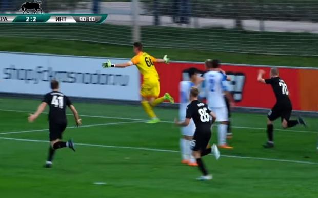 Фото №1 - Российский вратарь прибежал в чужую штрафную и забил победный гол на последней минуте (видео)